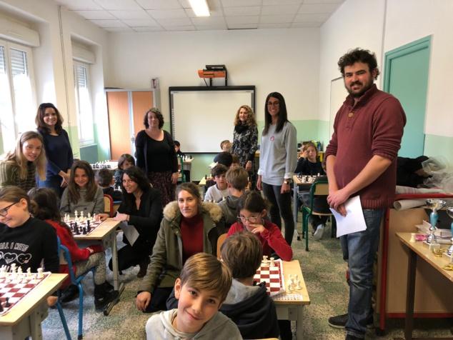 Quelques enfants du tournoi entourés des professeurs d'école et des formateurs