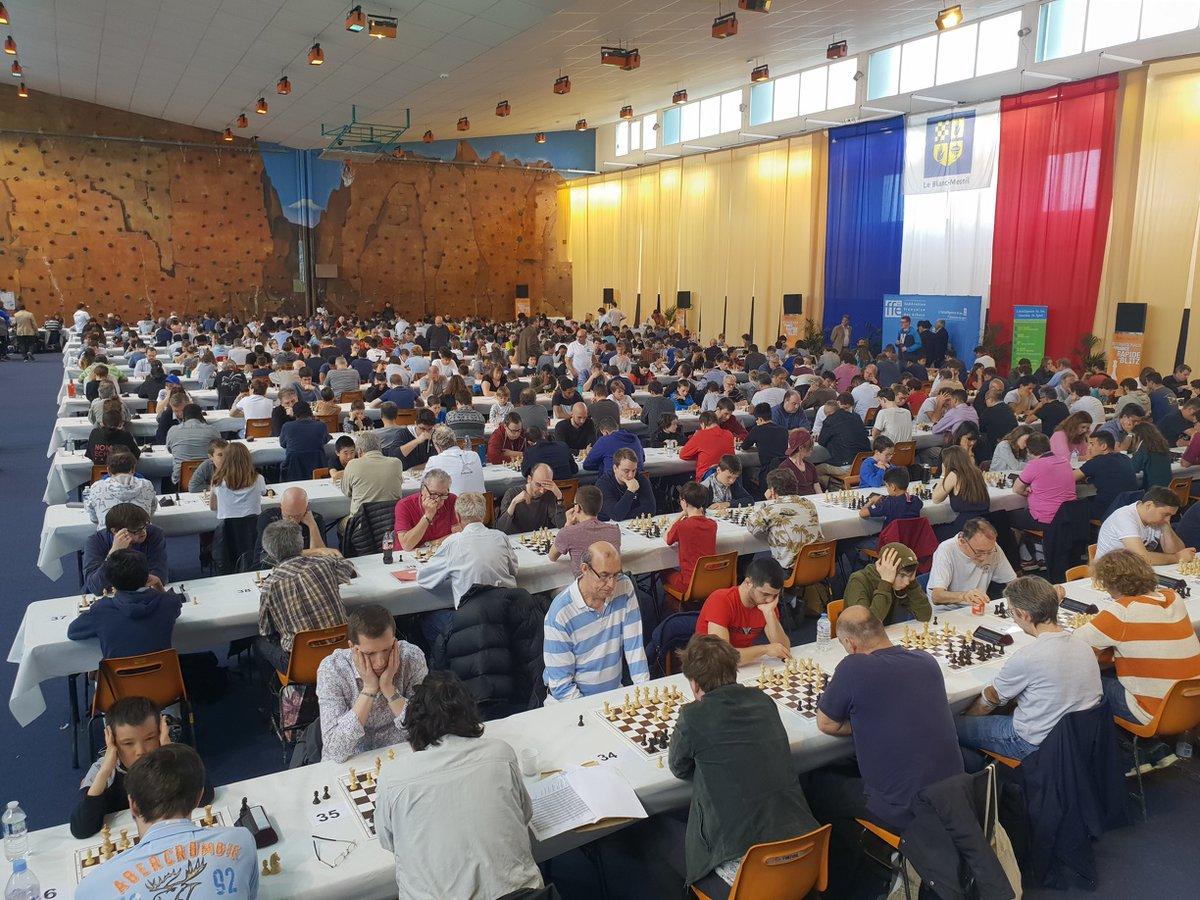 Les 4 premiers échiquiers des Internationaux de France d'échecs se déroulent sur l'estrade, devant plus de 500 autres participants, et les coups sont diffusés en direct sur Internet