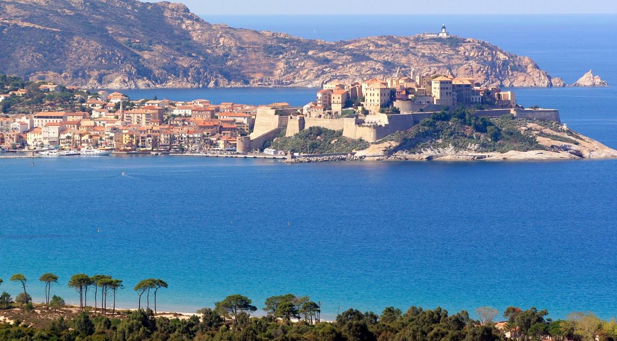Jouer à quelques mètres de l'une des plus belles plages de la méditerranée.... C'est ce que vous proposent les organisateurs du 17e open de parties rapides qui aura lieu le 9 mai à Calvi.