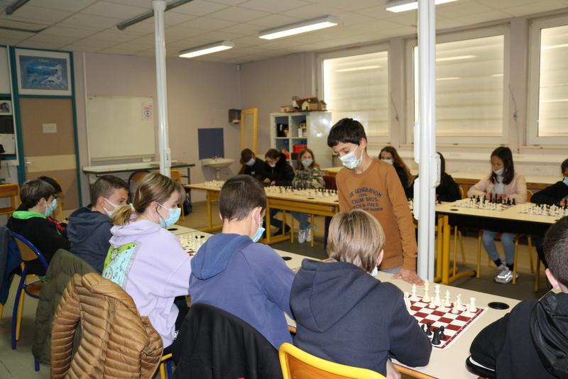 À Bunifaziu, Raphael Lovichi joue en simultanée face à 21 collégiens et gagne !