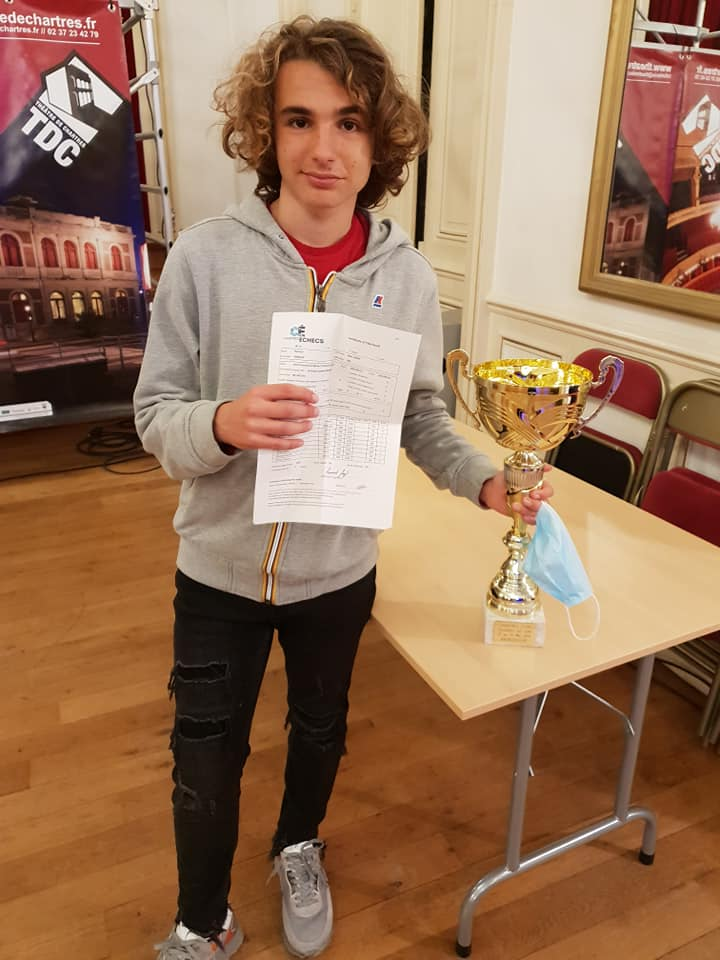 Marc'Andria tient dans ses mains la coupe du vainqueur et aussi l'attestation de sa 3e norme de GM