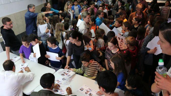 Séance d'autographe pour la joie de centaines d'enfants