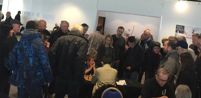 De nombreux joueurs agglutinés autour de la table de Marc'andria qui va battre le leader du tournoi !