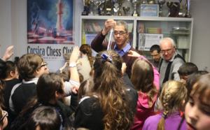 Le nouveau maire de Bastia, Pierre Savelli, distribuant des médailles aux enfants